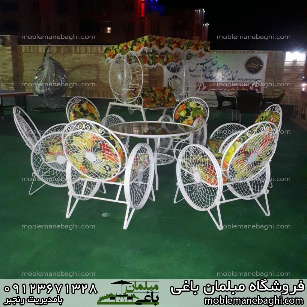 مبلمان باغی میز و صندلی کالسکه ای روی چمن مصنوعی