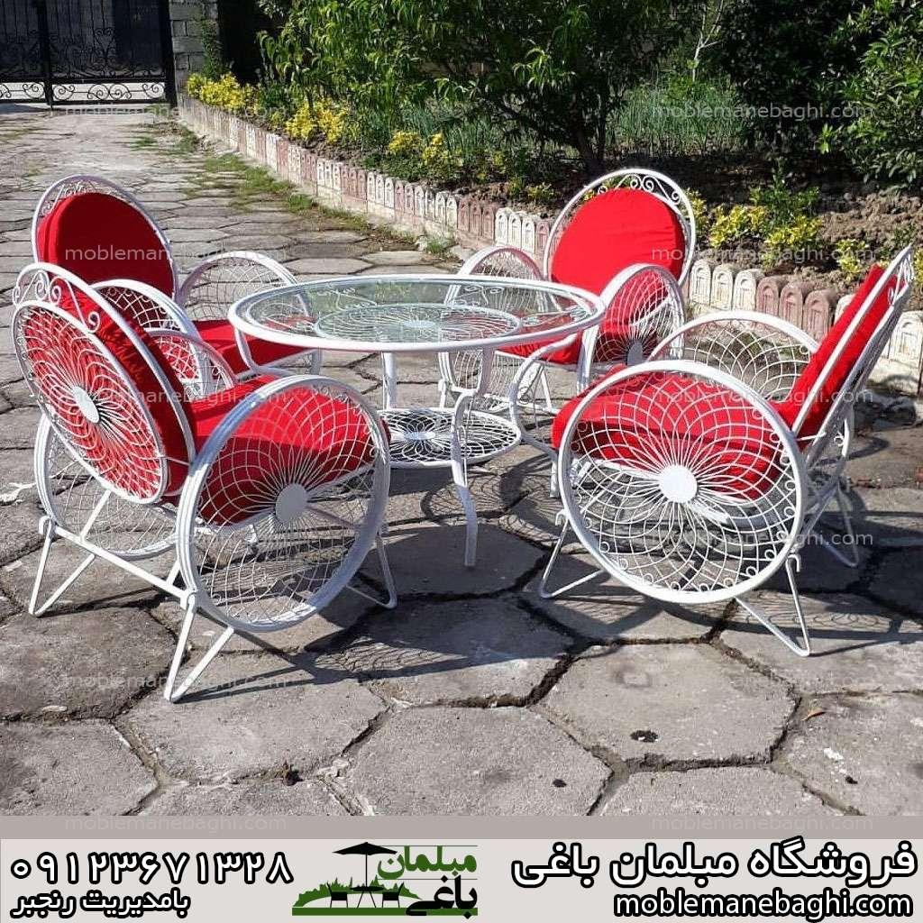 ست چهار نفره صندلی کالسکه با رنگ پارچه قرمز ست بسیار زیبا درون حیاط ویلا