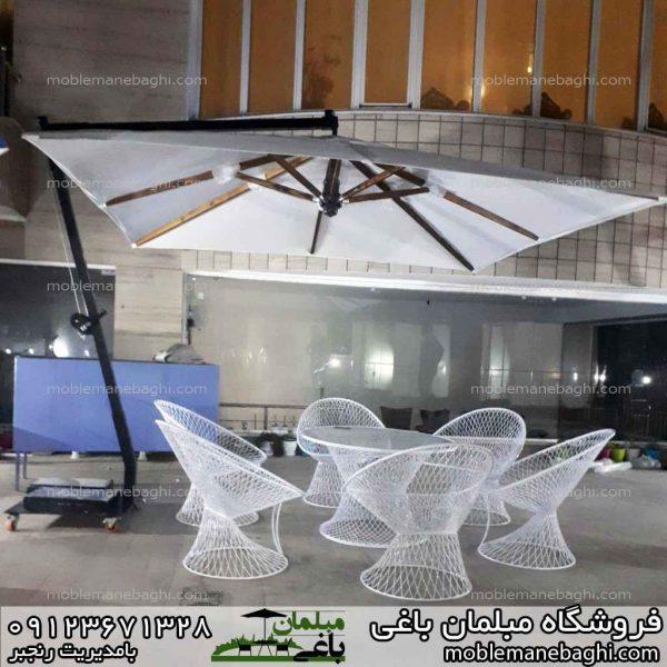 چتر باغی مدل پایه کنار به همراه ست مبلمان باغی بامبو بسیار شیک در یک ویلای لاکچری