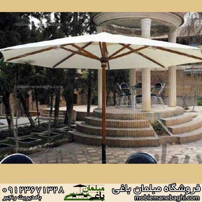 چتر باغی سفید بسیار شیک در یک ویلای لاکچری بدنه چتر چوب روس