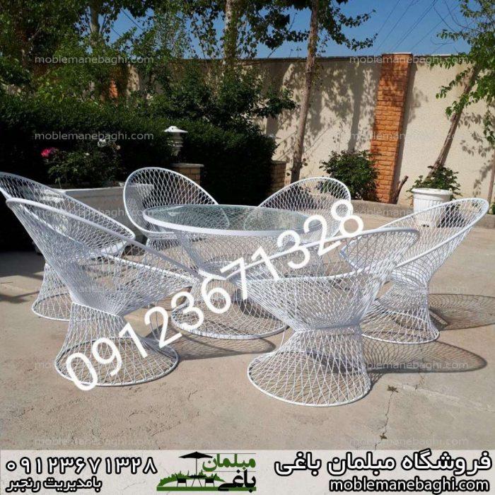 ست شش نفره میزوصندلی بامبو رنگ سفید وسط حیاط