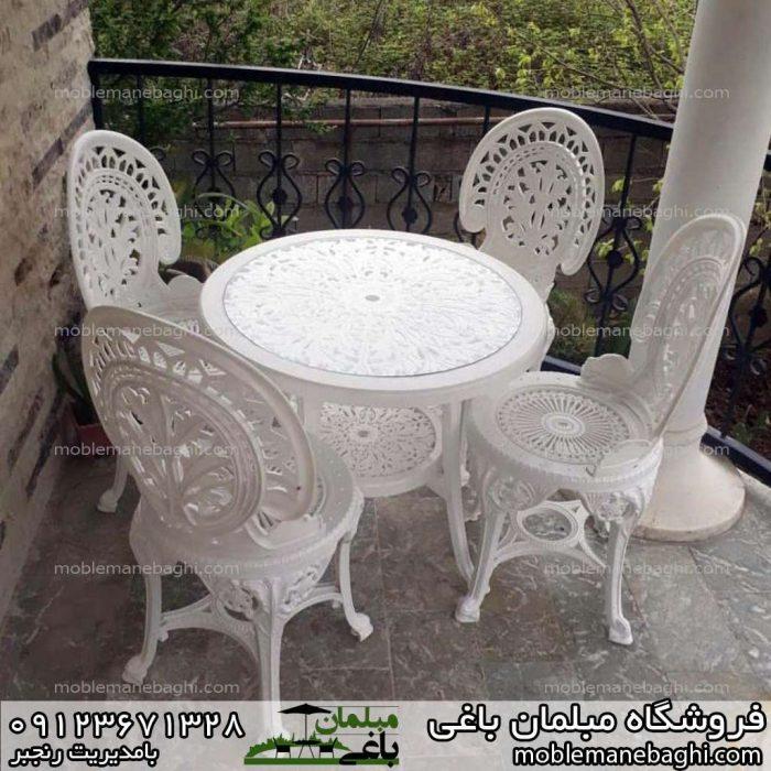 صندلی طاووسی پلیمری سفید توی بالکن منزل