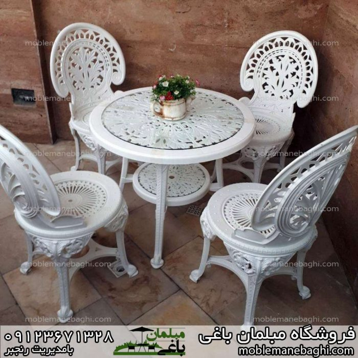 صندلی پلیمری ست چهارنفره با گلدان روی میز توی بالکن ویلا