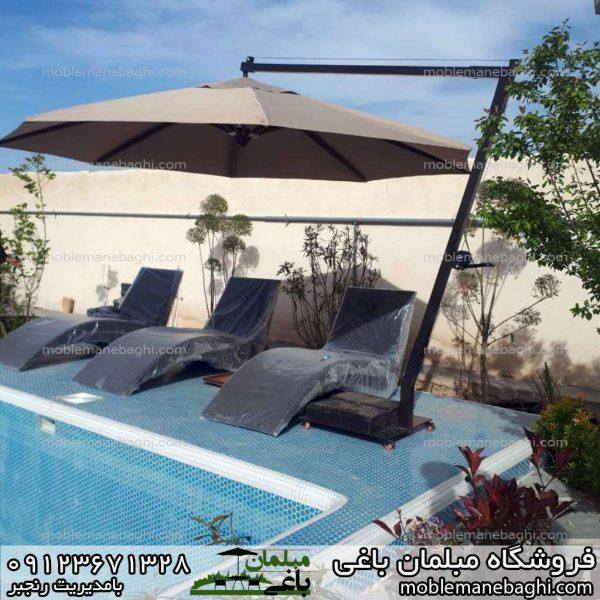 صندلی کنار استخر مدل حصیری بسیار لاکچری همراه چتر سایبان پایه کنار زیبا