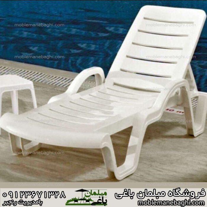 صندلی کنار استخر سفید