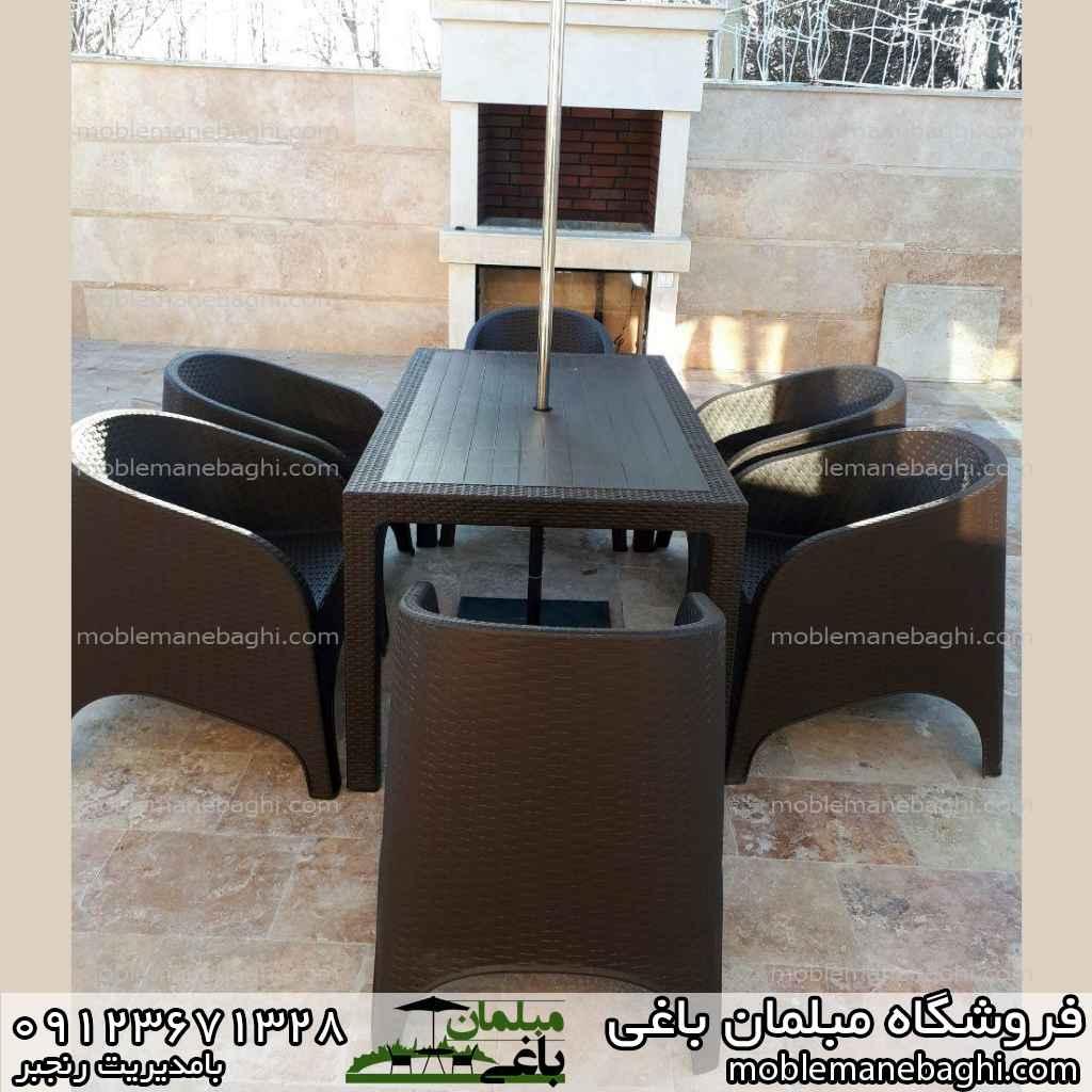 ست شش نفره صندلی پلاستیکی طرح حصیری ناصرپلاستیک به همراه چتر وسط میز بسیار زیبا روی تراس حیاط