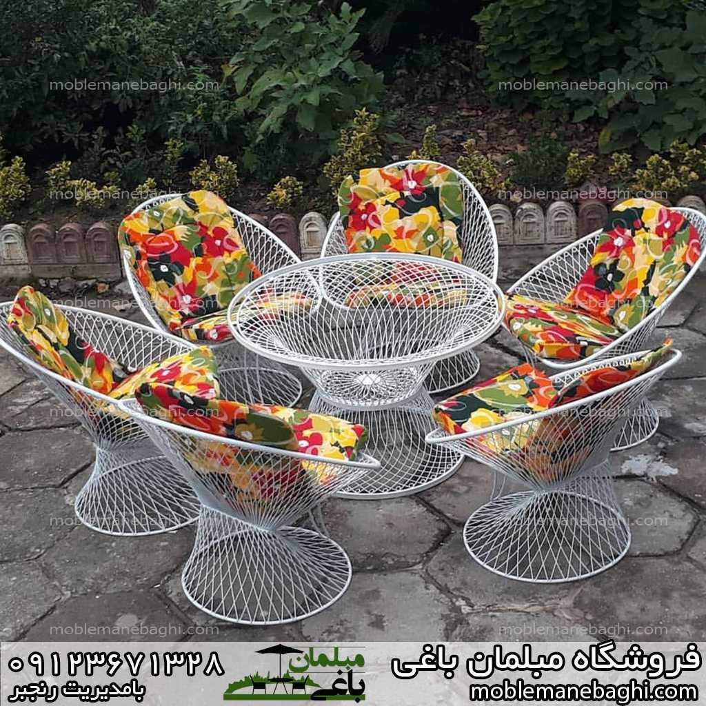 مبلمان باغی ست شش نفره در حیاط یک ویلای زیبا با رنگ های شاد