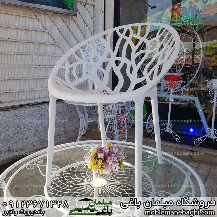 صندلی مدل درختی از جنس پلی کربنات بر روی میز فلزی