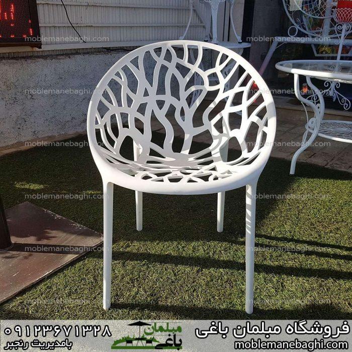 صندلی پلی کربنات مدل درختی بر روی چمن مصنوعی در فروشگاه مبلمان باغی