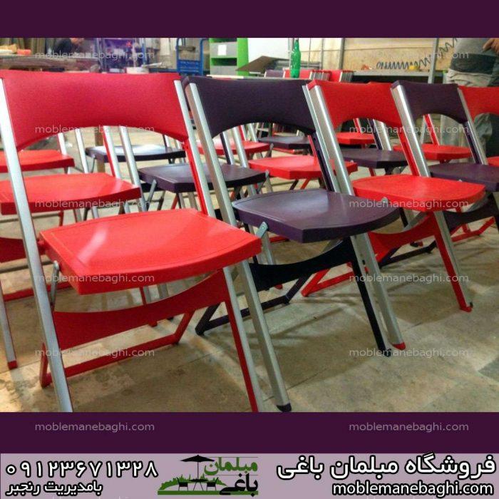 صندلی تاشو کلاسیک رنگ قرمز در کنار صندلی تاشو کلاسیک رنگ بنفش
