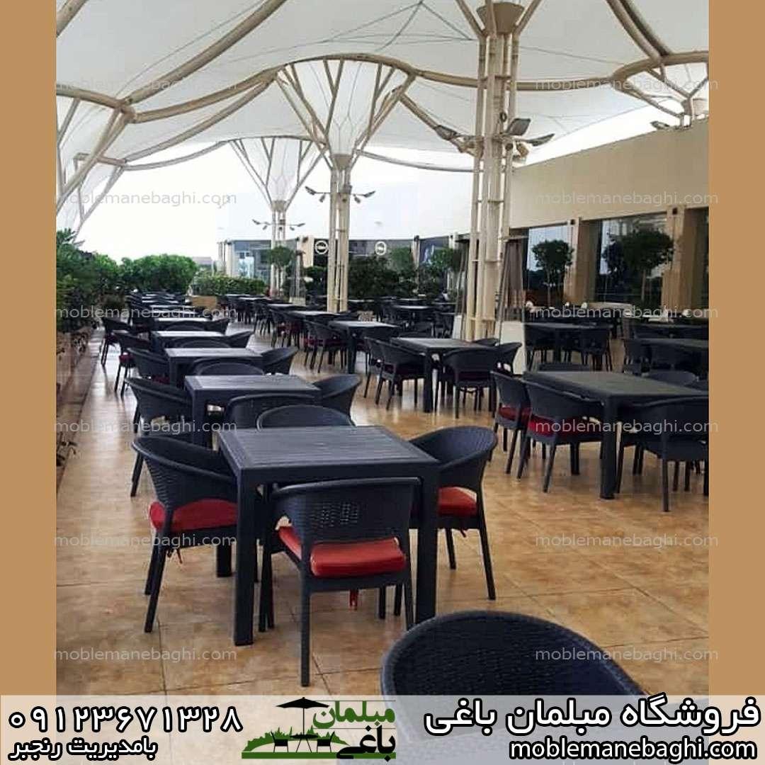 صندلی ناصر پلاستیک کد 991 همراه با میز مربع چهار نفره کد 323 میز و صندلی پلاستیکی حصیری در رستوران درجه یک همراه با تشک های قرمز رنگ
