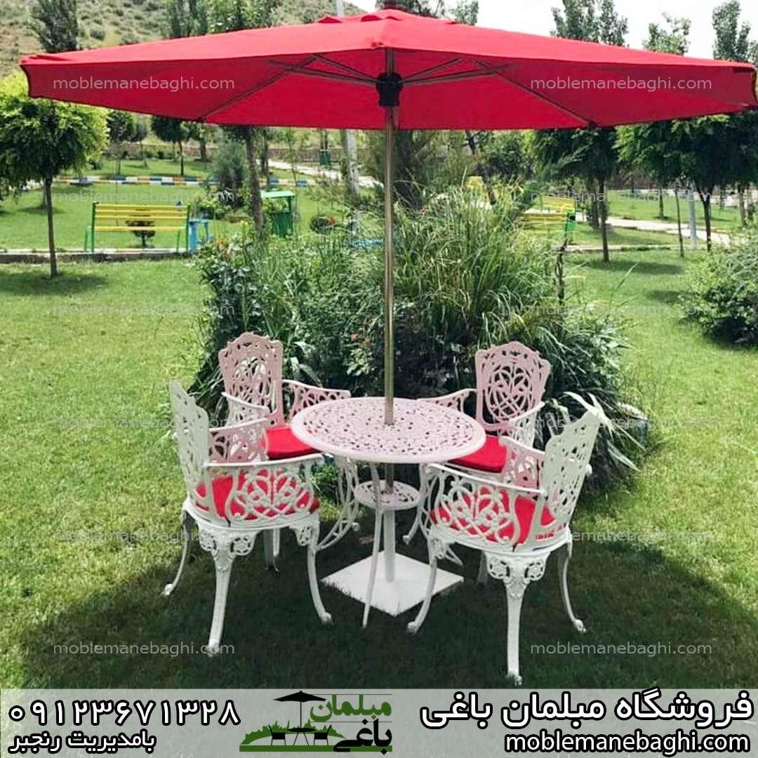 مبلمان باغی آلومینیومی درجه یک مدل مرغابی ست چهار نفره با تشک های قرمز بسیار شیک و زیبا به همراه چتر پایه وسط قرمز در حیاط ویلای لاکچری