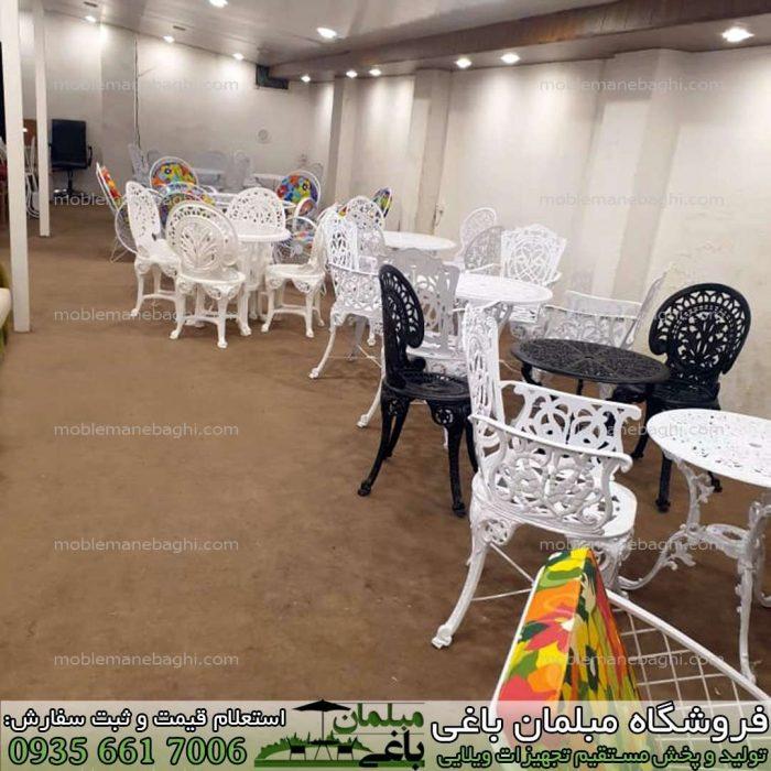 میز و صندلی آلومینیومی مدل مرغابی رنگ سفید چهارنفره به همراه ست آلومینیومی مدل طاووسی و پلیمری در یک رستوران لاکچری زیبا