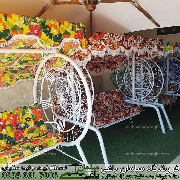 تاب باغی مدل گلبرگ در سایز دونفره سه نفره و چهار نفره در کنار یکدیگر بر روی چمن مصنوعی با رنگ های متنوع تاب باغی مخصوص ویلا و فضای باز