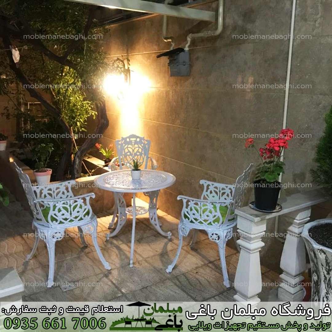 میزوصندلی آلومینیومی مدل مرغابی ست سه نفره در حیاط ویلایی شیک مخصوص فضای باز با تشک های سبز زیبا بسیار باکیفیت