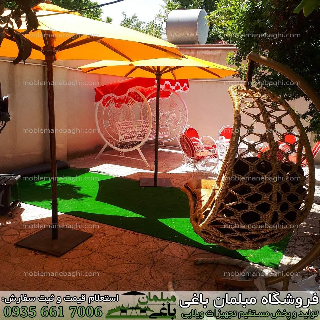چتر باغی پایه وسط یا آفتابگیر باغی پایه چوب روسی درجه یک در دو سایز چتر باغی سه متری و چتر باغی چهار متری بر روی چمن مصنوعی در یک ویلای شیک به همراه سایر تجهیزات ویلایی