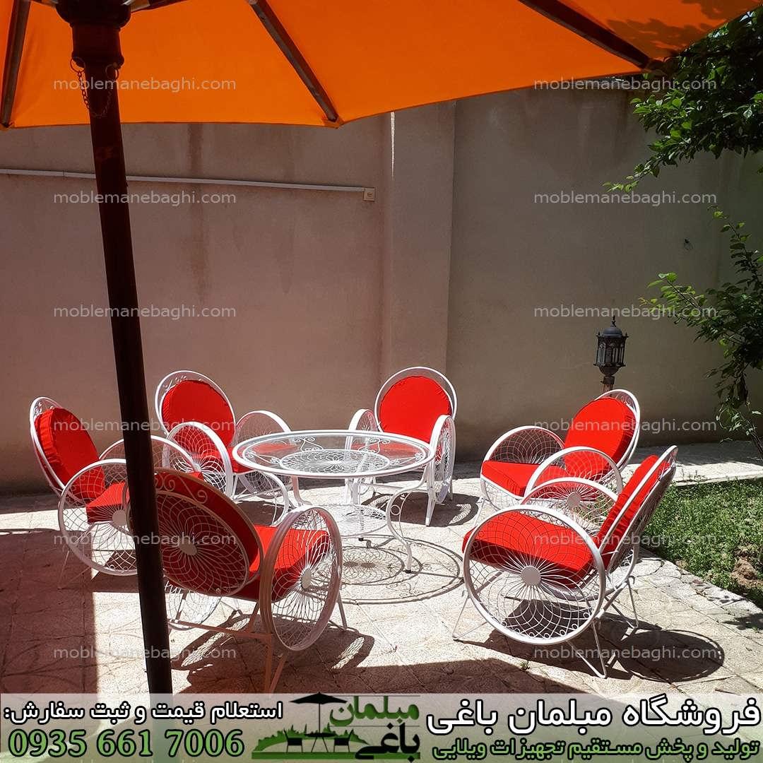 صندلی فلزی یا مبلمان فلزی مدل گلبرگ ست شش نفره قرمز درجه یک بسیار شیک و زیبا و باکیفیت در یک باغچه ویلایی لاکچری