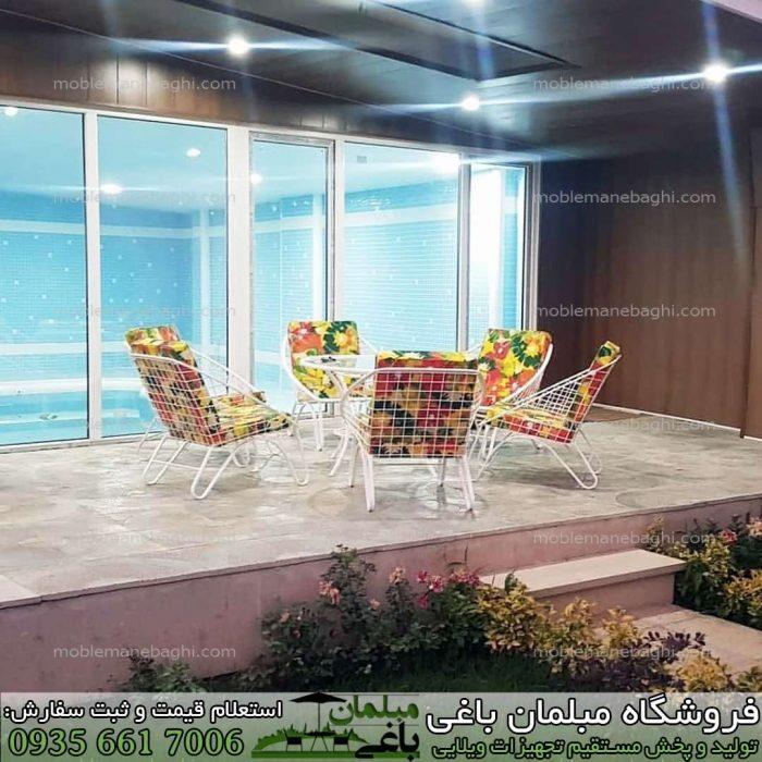 میز و صندلی فلزی مدل مهتاب در ست شش نفره مبلمان فلزی بسیار باکیفیت و شیک در تراس یک ویلای لاکچری با رنگ پارچه سبز جنگلی