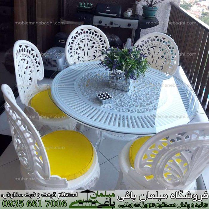 مبلمان پلیمری مدل طاووسی ست پنچ نفره به همراه میز قطر 110 آلومینیومی در تراس آپارتمانی شیک و زیبا