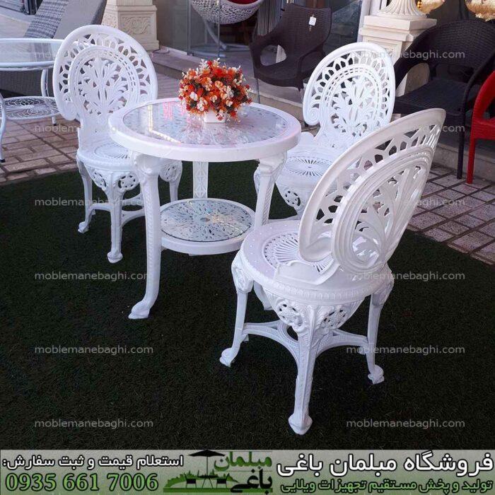 مبلمان پلیمری مخصوص فضای باز به صورت ست سه نفره بر روی چمن مصنوعی ست مبلمان پلیمری مخصوص فضای باز رنگ سفید مدل طاووسی بسیار شیک مناسب ویلا و باغ
