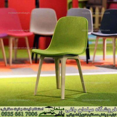 در جلوی تصویر صندلی پلیمری تیکا رنگ سبز بر روی چمن مصنوعی مناسب تراس بالکن آپارتمان و فضای سبز ویلا و کنار استخر بسیار شیک و در زمینه تصویر رنگ بندی متنوع صندلی های تیکا با کیفیت بالا