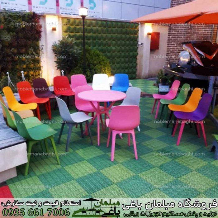 میز و صندلی بال شامل ست چهارنفره میز و صندلی پلیمری مدل تیکا مخصوص نهار خوری و فضای باز برروی کف پوش در فضای باز با رنگ بندی بسیار متنوع شامل یک ست چهار نفره پلیمری صورتی برای نهار خوری مدل میز پلیمری گرد است و تعداد زیادی صندلی پلیمری تیکا با رنگ بندی زیبا و متنوع