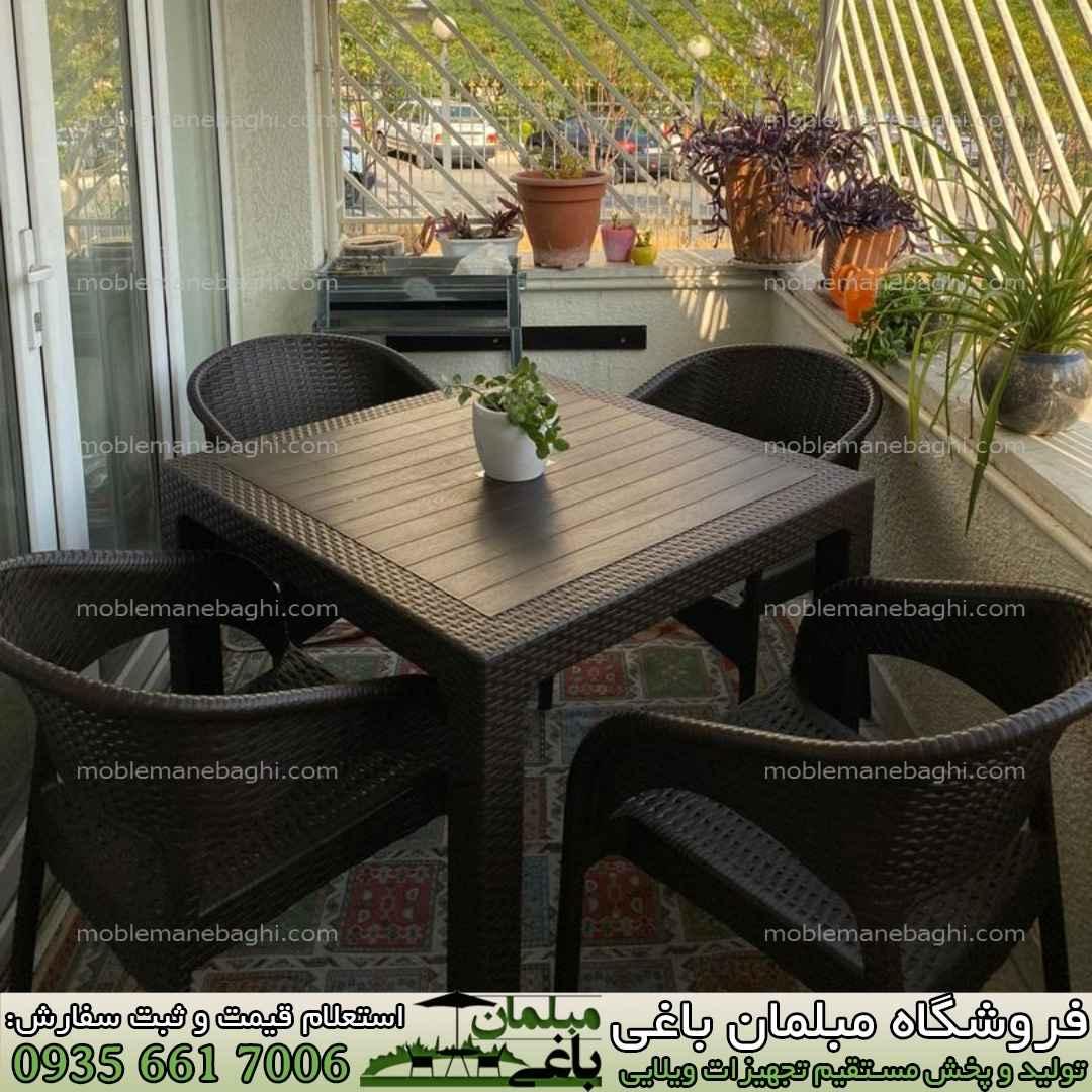مبلمان حصیری حصیربافت باکیفیت و قیمت مناسب مدل992 رنگ قهوه ای صندلی حصیری ناصرپلاستیک مخصوص صندلی رستورانی و صندلی حصیری فضای باز ست چهار نفره شیک در بالکن یک آپارتمان همچنین مناسب ویلا و باغ