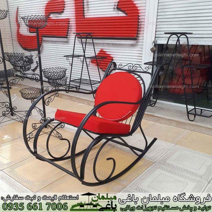 صندلی راک فلزی مخصوص فضای باز یا صندلی مادربزرگ مخصوص کنار استخر و محوطه ویلا و تراس و حیاط بسیار راحت رنگ مشکی و تشک های قرمز شیک و لاکچری صندلی بسیار راحت و آرامش بخش