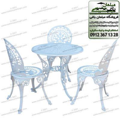 مبلمان آلومینیومی مخصوص فضای باز باغ و ویلا مدل طاووسی شامل ست مبلمان آلومینیومی با میز چهارنفره آلومینیومی و سه عدد صندلی آلومینیومی به رنگ سفید