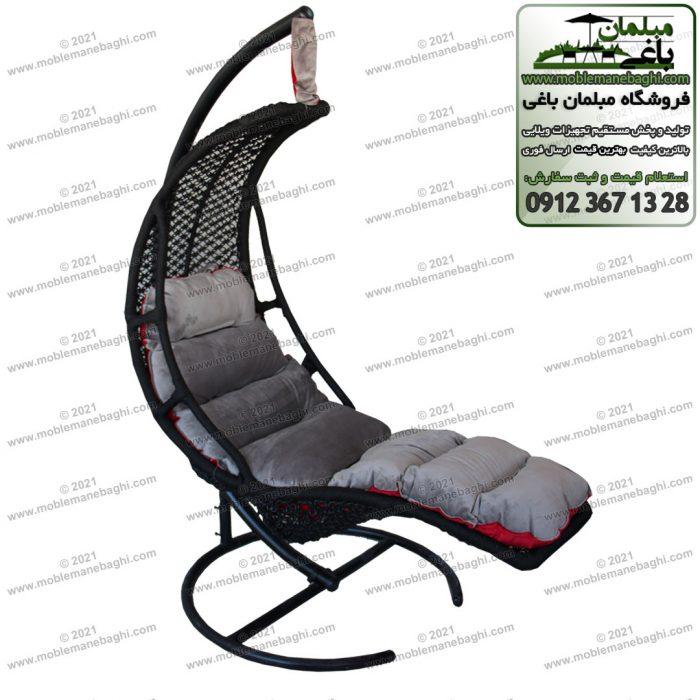 تاب ریلکسی یا صندلی ریلکسی خوابیده مدل هلال بسیار راحت و کشیده از جنس plp مخصوص فضای باز و کنار استخر با تشک طوسی و دو رو طرف دیگر رنگ قرمز است بسیار باکیفت و نرم و راحت