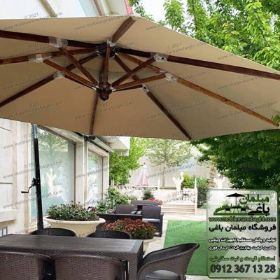 چترپایه کنار یا سایهبان پایه کنار به همراه ست شش نفره مبلمان حصیری در یک باغ ویلای زیبا