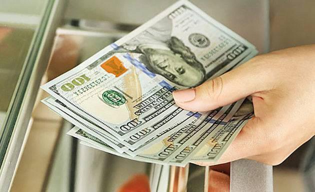 هفت عدد صد دلاری در دست برای توضیح افزایش قیمت ست مبلمان حصیری وارداتی و خارجی به دلیل افزایش قیمت دلار در ایران