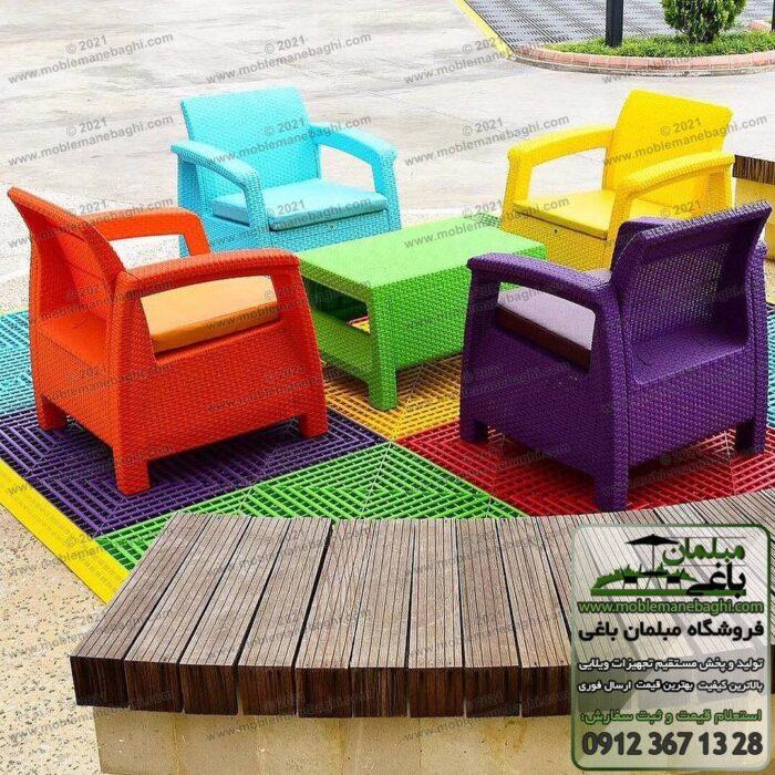 نمایی از مرکز پخش صندلی حصیری و مبلمان حصیری مدل مبل حصیری پلیمری در رنگبندی متنوع صندلی حصیری واقع در تصویر شامل چهار مبل حصیری پلیمری رنگ بنفش قرمز زرد و آبی به همراه جلومبلی حصیری پلیمری