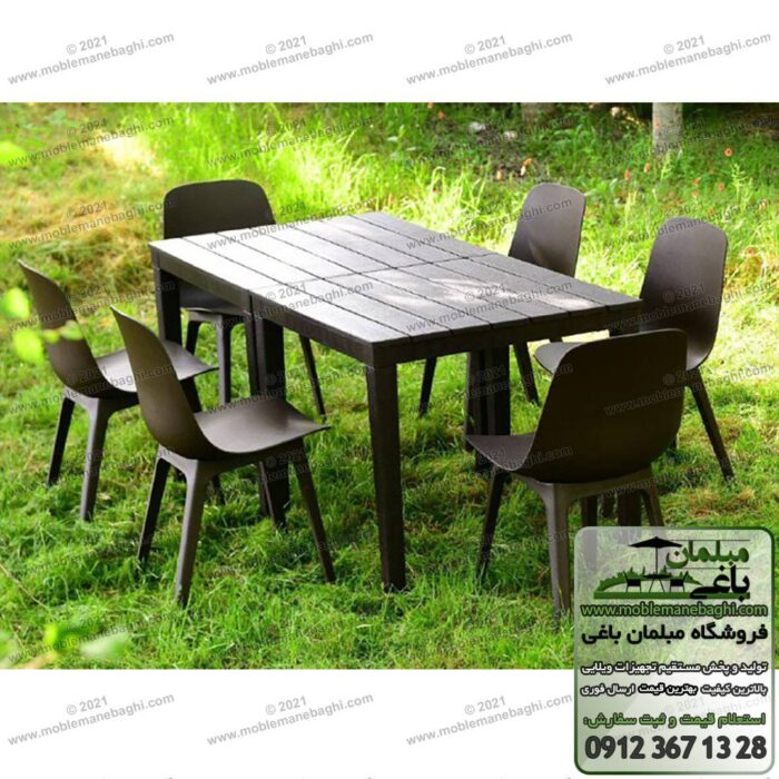 ست شش نفره مبلمان پلیمری و میز و صندلی پلیمری مدل تیکا مخصوص فضای باز شامل میز نهارخوری پلیمری مناسب رستورن و کافه و شش صندلی پلیمری تیکا بر روی چمن محطوطه بیرونی یک ویلا