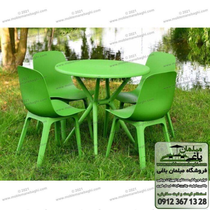 میز و صندلی پلیمری و مبلمان پلیمری تیکا رنگ سبز بر روی چمن در محطوطه فضای باز یک ویلای زیبا صندلی پلیمری و میزنهارخوری تیکا مخصوص رستوران و کافیشاپ و کناراستخر و فضای باز است