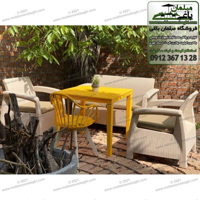 ست چهارنفره مبلمان حصیری پلیمری به همراه میز حصیری و صندلی حصیری رنگ زرد ست شده با میزحصیری بسیار زیبا و شیک در گوشه حیاط یک ویلای زیبا
