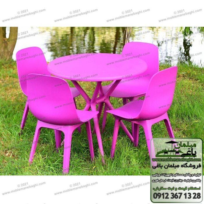 میز و صندلی پلیمری تیکا مخصوص فضای باز بر روی چمن در کنار برکه مصنوعی یک ویلای شیک و زیبا