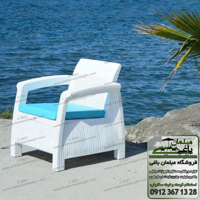 صندلی حصیری مخصوص فضای باز رنگ سفید با تشک آبی مدل مبل حصیری پلیمری در کنار ساحل دریا صندلی حصیری مخصوص مناطق مرطوب