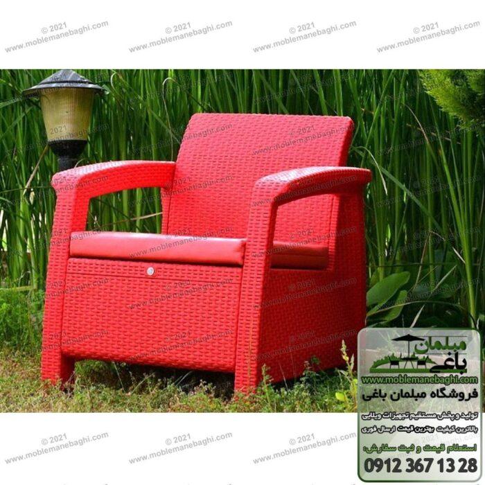 صندلی حصیری مخصوص فضای باز رنگ قرمز مدل مبل حصیری پلیمری در فضای باز یک محوطه باغ یا ویلای سرسبز