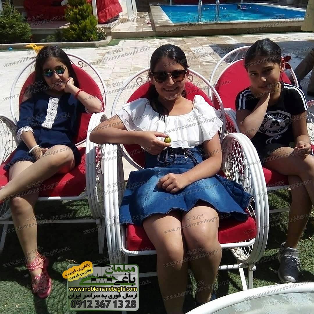 سه صندلی فلزی از ست مبلمان باغی مدل گلبرگ که سه کودک شاد روی آن نشستهاند با نمایی از استخر در پشت آنها - ارسالی مشتری از کردان کرج