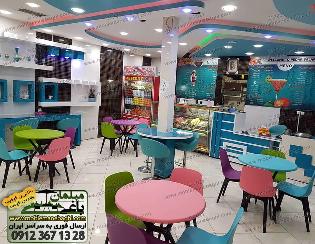 صندلی پلیمری تیکا در رستوران به همراه میزنهارخوری با رنگهای متنوع و شاد شامل آبی آسمانی، سبز چمنی، صورتی و بنفش ارسالی مشتری از شهربابک کرمان
