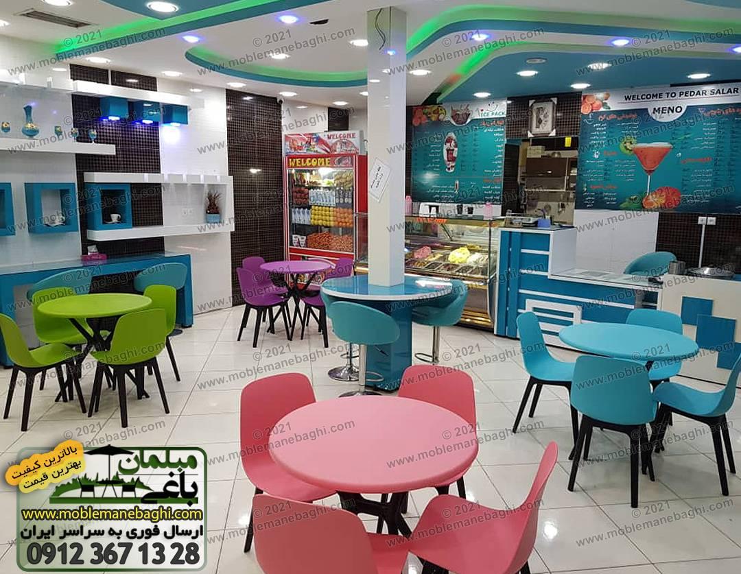 صندلی پلیمری تیکا در رستوران به همراه میزنهارخوری با رنگهای ست شامل آبی آسمانی، سبز چمنی، صورتی و بنفش ارسالی مشتری از کرمان شهربابک
