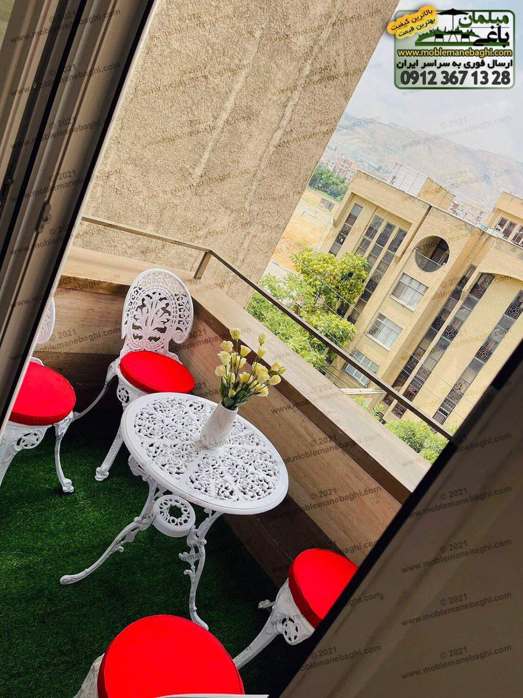 ست مبلمان آلومینیومی مخصوص فضای باز با تشک قرمز مدل طاووسی به همراه چمن مصنوعی در زیر این ست زیبای آلومینیومی واقع در تراس آپارتمانی شیک و لاکچری در شهرک غرب تهران ارسالی مشتری
