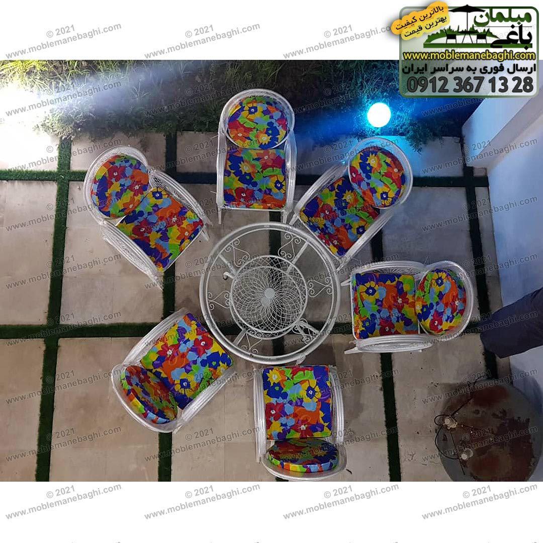 ست شش نفره مبلمان فضای باز مدل گلبرگ شامل شش صندلی فلزی مقاوم و درجه یک با تشک رنگ آبی استخری و میز فلزی شش نفره برند مبلمان باغی در ویلایی شیک در شیراز ارسالی مشتری