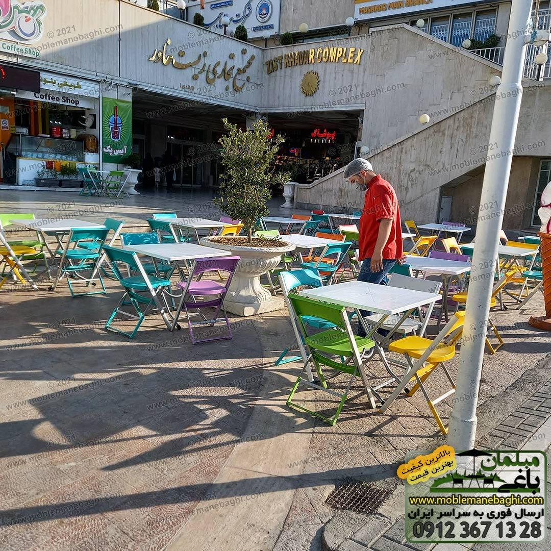 صندلی تاشو و میزتاشو مدل کلاسیک واقع در محوطه فضای باز رستورانی در مشهد ارسالی مشتری تمامی میز و صندلیها تاشو و با پایه آلومینیومی و درجه یک و با رنگهای شاد است
