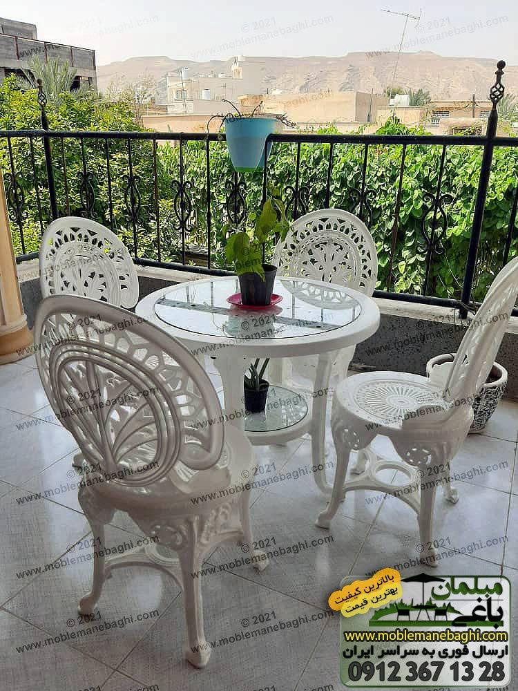 ست چهارنفره میز و صندلی پلیمری مدل طاووسی مخصوص فضای باز این مبلمان باغی پلیمری ساخته شده از پلاستیک درجه یک و رنگ سفید به همراه میز نهارخوری پلیمری با یک گلدان زیبا روی آن در بالکن ویلایی شیک در شهرستان اوز از استان فارس ارسالی مشتری