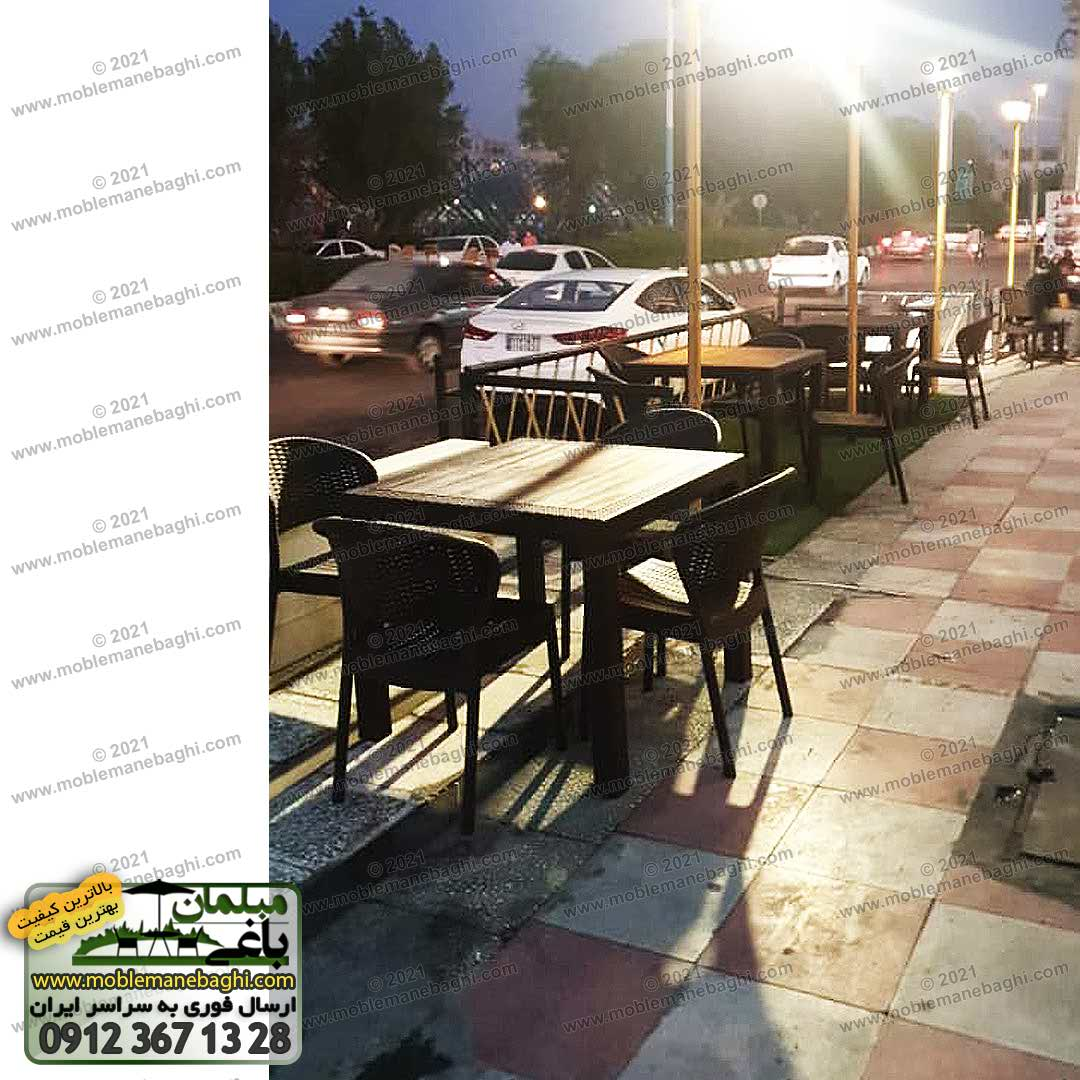 سه دست ست مبلمان حصیری کد 972 شامل چهار صندلی حصیری و میز حصیری مناسب رستوران و فضای باز ارسالی مشتری از اهواز در محوطه پیاده روی جلوی رستورانی زیبا